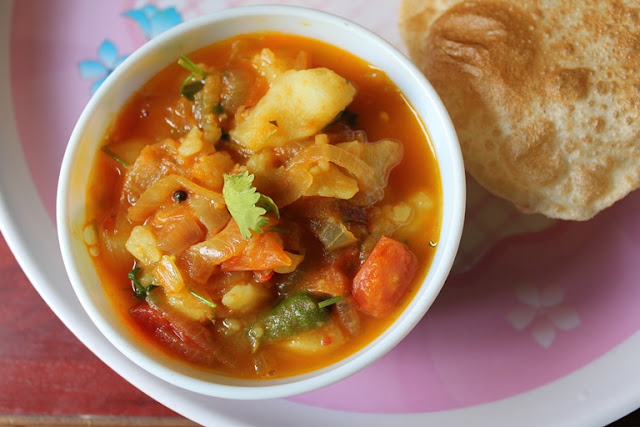 Simple Potato Tomato Curry / Aloo Tomato Gravy – Side Dish for Poori, Chapati & Battura
