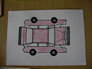 Afbeelding van gekleurde auto van papier