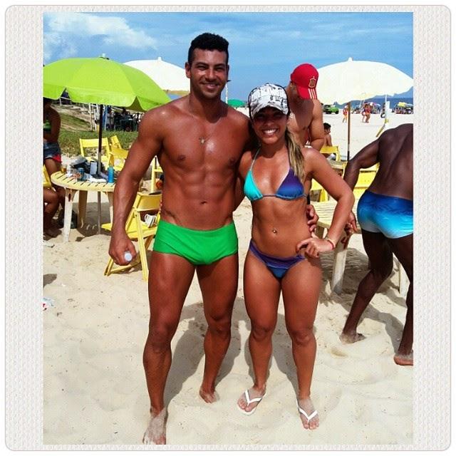 O casal Breno Neves e Carla Carra, atletas da IFBB-Rio em praia de Maricá Foto: Arquivo pessoal