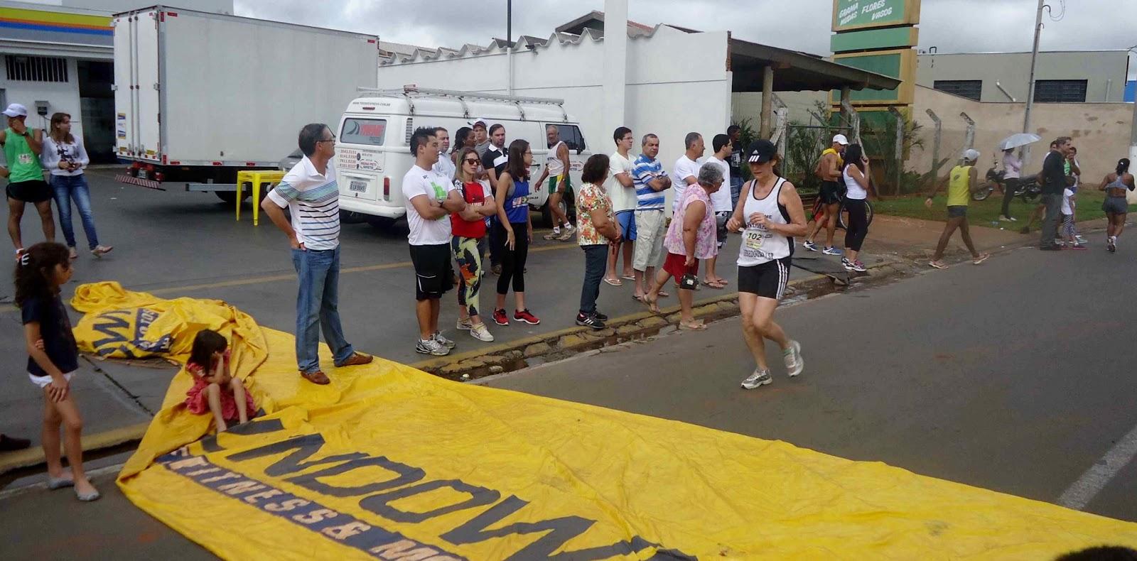 Foto 142 da 1ª Corrida Av. dos Coqueiros em Barretos-SP 14/04/2013 – Atletas cruzando a linha de chegada