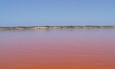 danau merah muda