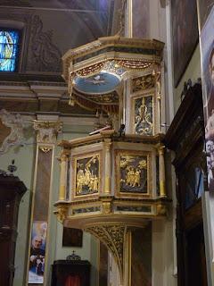 Pulpito palco sopraelevato in marmo o legno di una chiesa che funge ai preti o sacerdoti per proclamazioni bibbliche