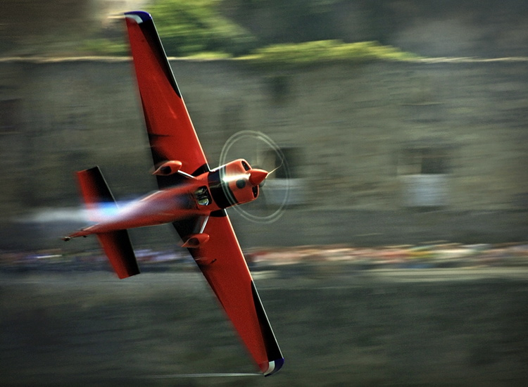 Avião vermelho de Pete Mcleod em grande plano com o fundo arrastado