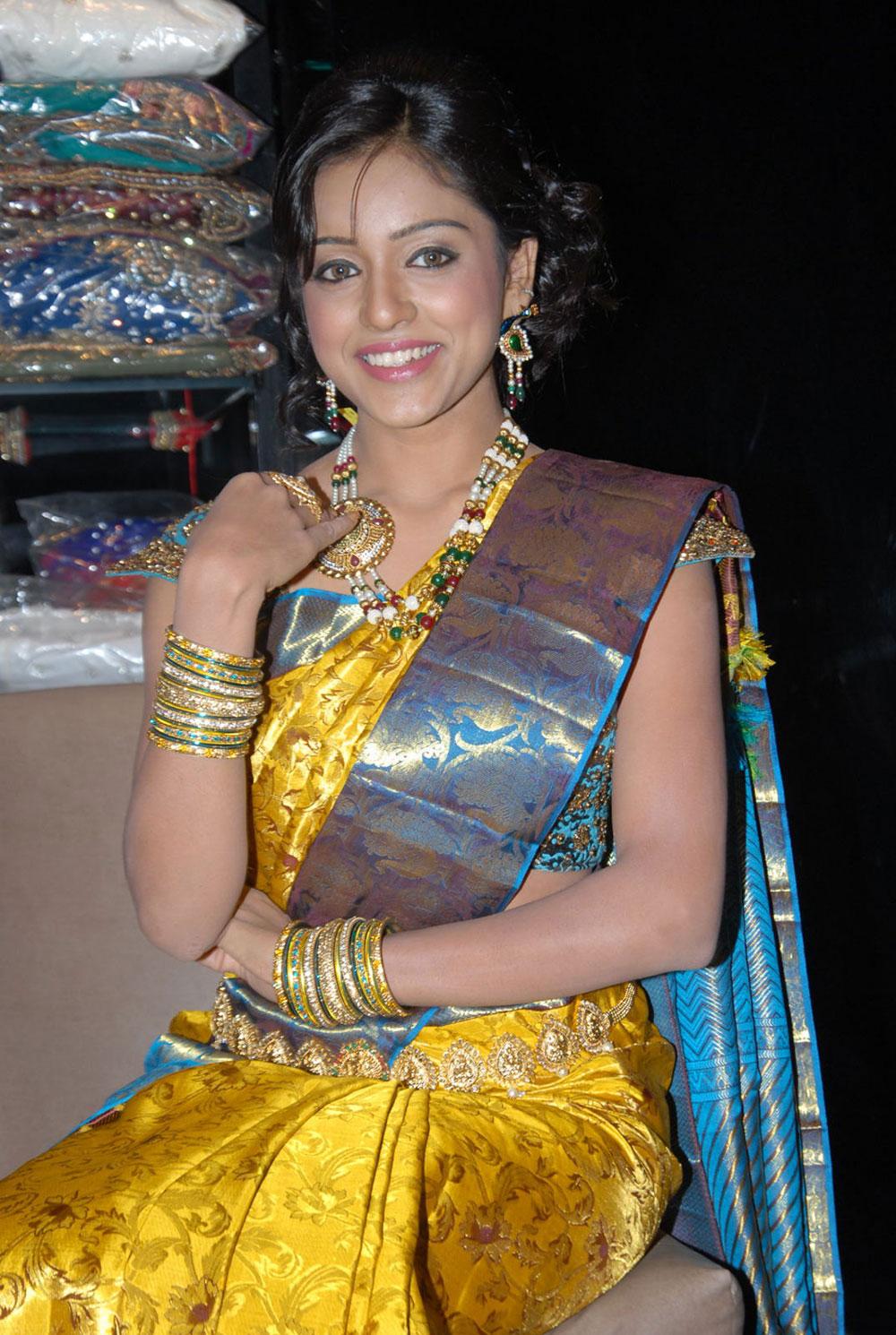 gorgeous Vithika seru at kalanikethan bride & groom collection launch