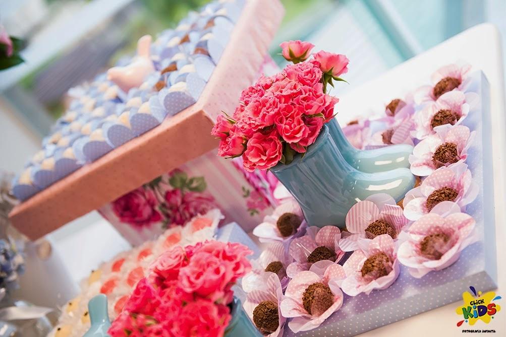 Candy bar de bautizo con flores - mesa de dulces6