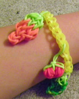 http://translate.googleusercontent.com/translate_c?depth=1&hl=es&rurl=translate.google.es&sl=en&tl=es&u=http://www.instructables.com/id/Rainbow-loom-Vegetable-Garden-Charms/&usg=ALkJrhhNHPgkDV6lnW2pqpbZs5rMu2TJwg