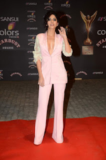 Sapna Pabbi in Spicy Peach Colored Jacket and Trousers at Star Dust Awards 2015