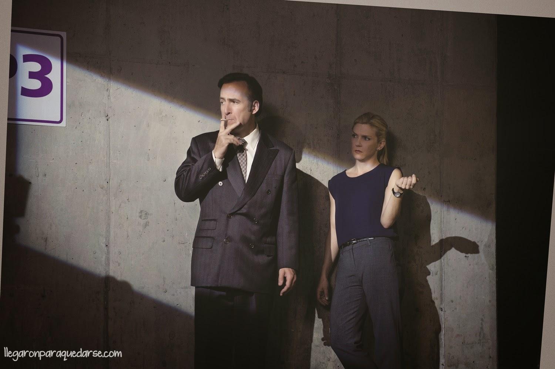 1x07 - Bob Odenkirk como Saul Goodman y Rhea Seehorn como Kim