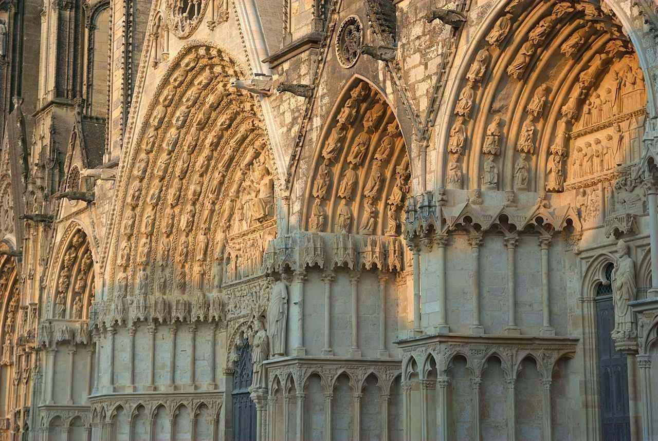 Bourges: uma Bíblia e um catecismo em pedra que todos apreendiam a ler.