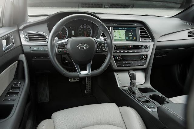 Interior view of 2016 Hyundai Sonata Limited 2.0t