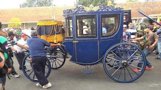 kereta Kyai Brojonolo, Kyai Manik Brojo, kereta Nyai Roro Kumenyar, kereta Kyai Rejo Purwoko dan kereta Kyai Manik Kumolo adalah 6 kereta kencana yang akan di gunakan dalam iring iringan yang menempuh jarak 4 kilometer