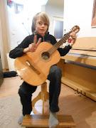 Tom speelt alweer een halftje op de gitaar en heeft er steeds meer plezier .