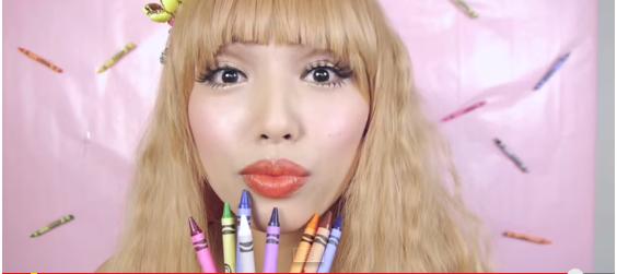 Makeup à base de craies grasses Crayola (capture d'écran: Promise Phan) - Les Mousquetettes