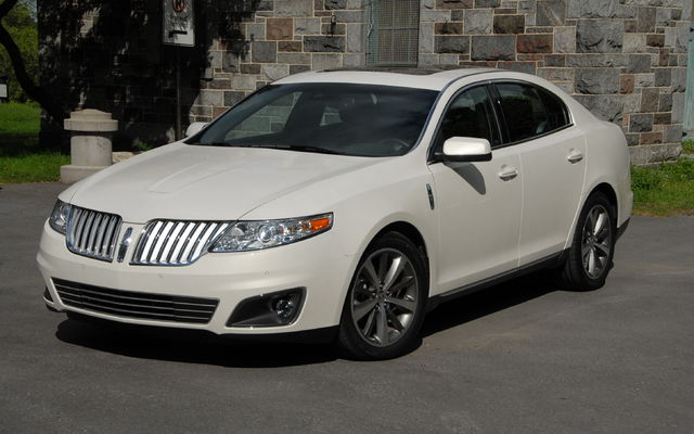 Front 3/4 view of off-white 2011 Lincoln MKS