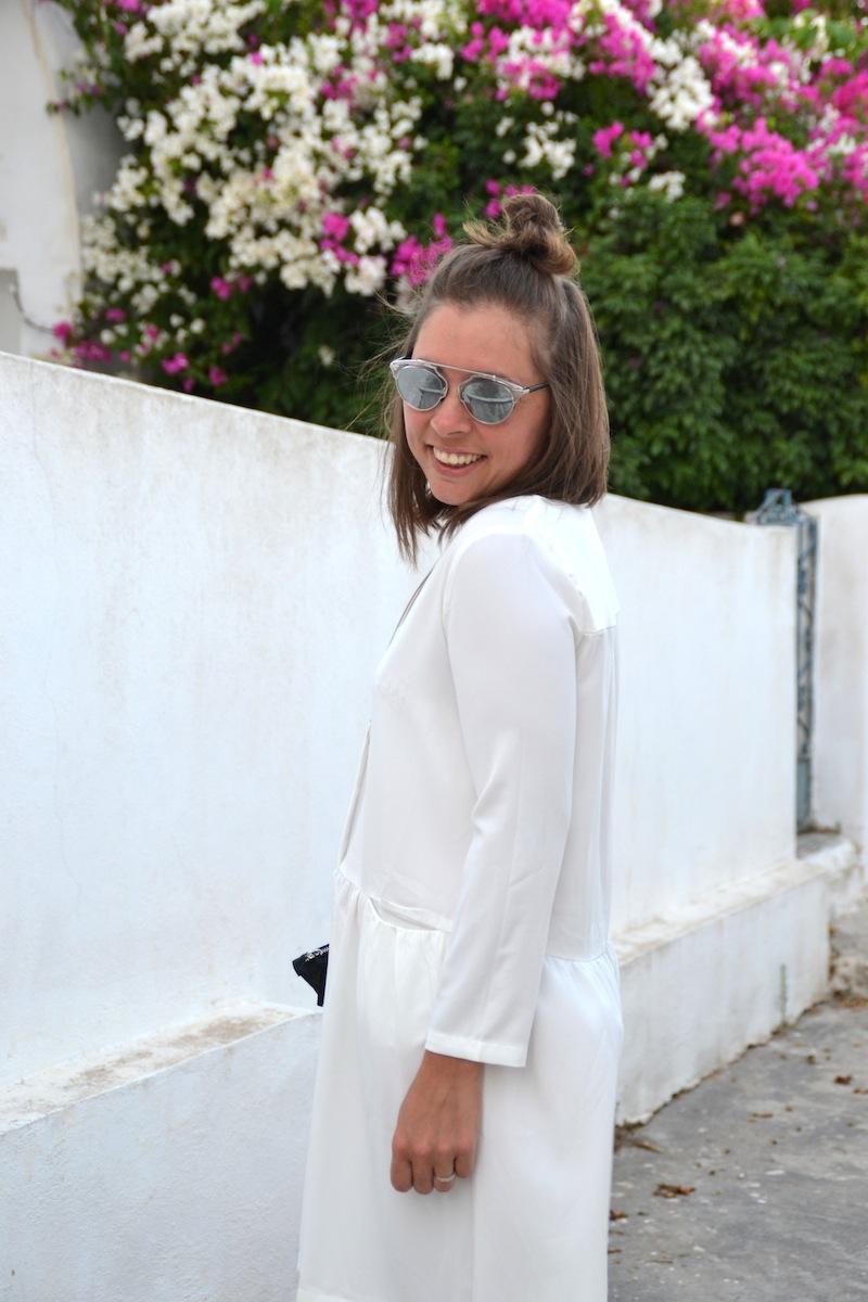 robe blanche Mango, sandales Clay like Isabel Marant, pochette noire American Vintage, bague Hermès
