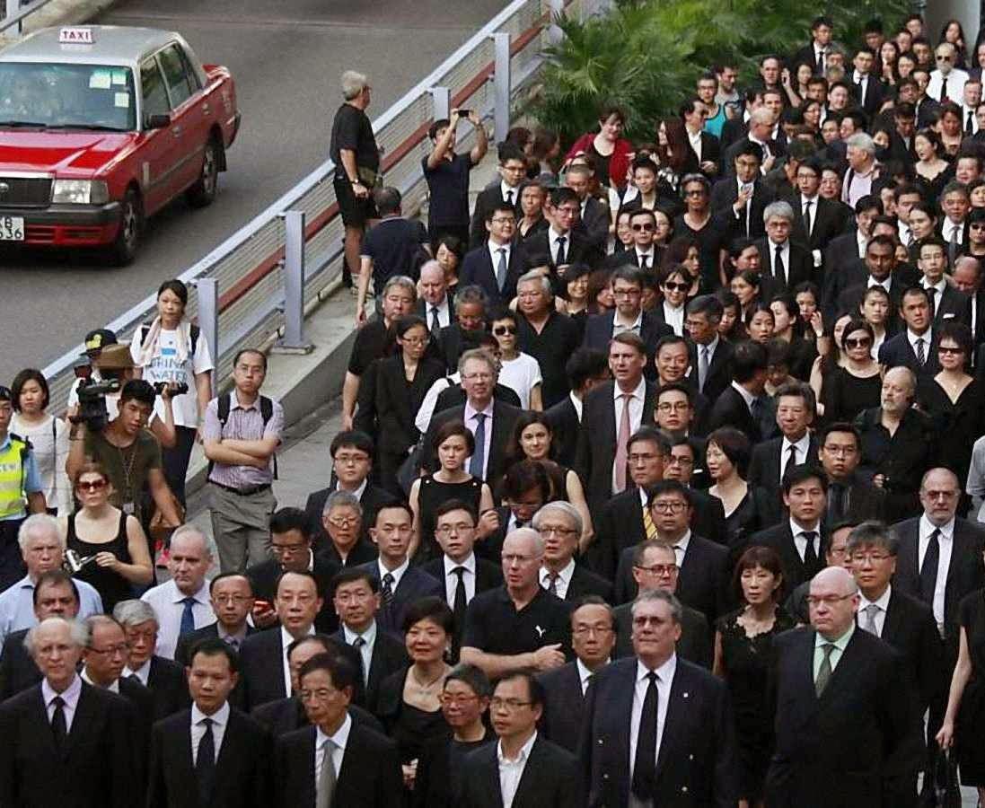Advogados de Hong Kong fazem passeata pedindo que Pequim cesse de se inmiscuir no Judiciário.