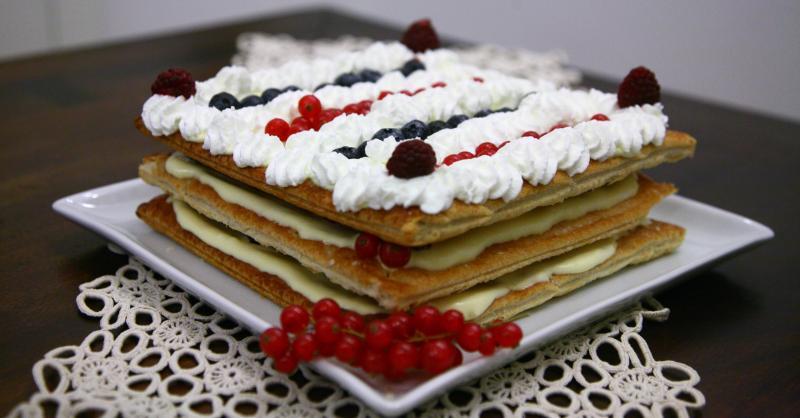 Viaggio di gusto millefoglie di compleanno ai frutti di bosco for Decorazione torte millefoglie