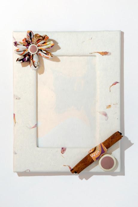 Cornice di carta di riso con fiore di stoffa, bottoni e cannella