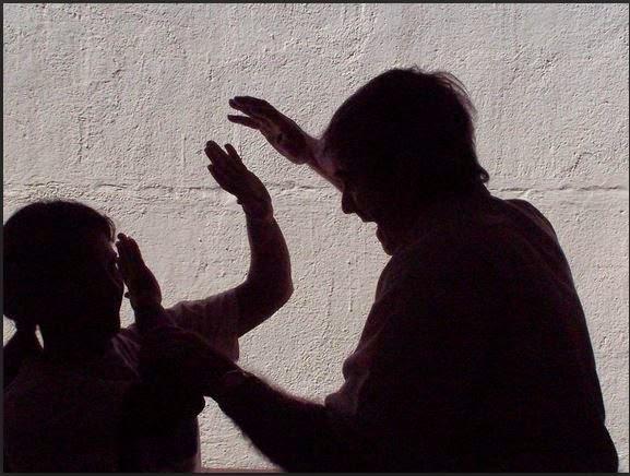 Mujer chequea como poner una denuncia de VIOLENCIA DOMESTICA