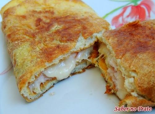 Receita simples de omelete recheada com peito de peru e queijo.