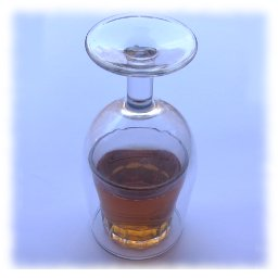 Apuesta, truco en el bar, beber la copa a través de cristal