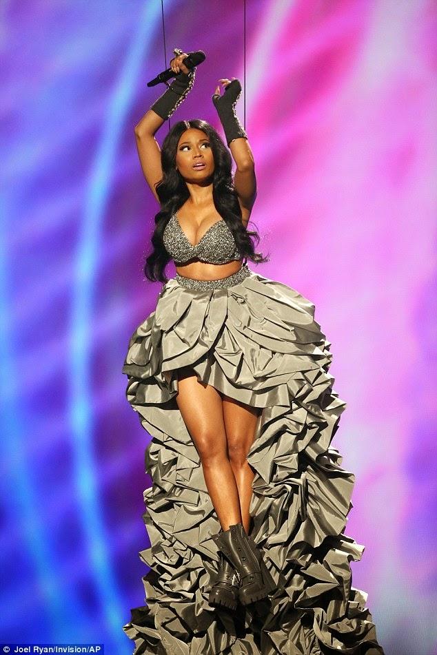 نيكي ميناج في إطلالات مثيرة  خلال حفل MTV EMAs 2014