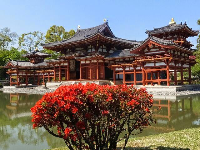 藤原道長が譲り受け別荘「宇治殿」となり藤原氏ゆかりの寺院である。