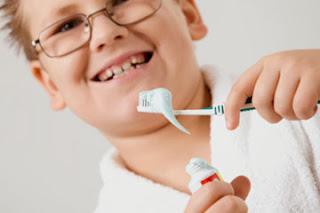 5 Cara Mengajari Anak Sikat Gigi