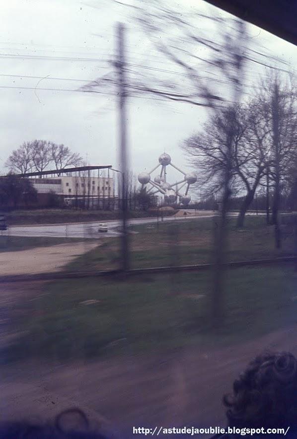 Bruxelles - l'Atomium - 1958  construit à l'occasion de l'Exposition universelle de 1958.  Sa conception revient à l'Ingénieur André Waterkeyn. Les sphères furent quant à elles aménagées par les architectes André et Jean Polak.