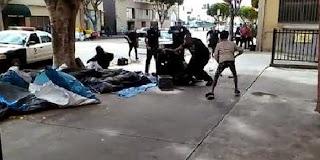Une vidéo montre des policiers abattant un SDF