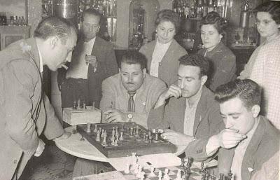 Jaime Lladó dando unas simultáneas de ajedrez en La Pobla de Lillet 1957