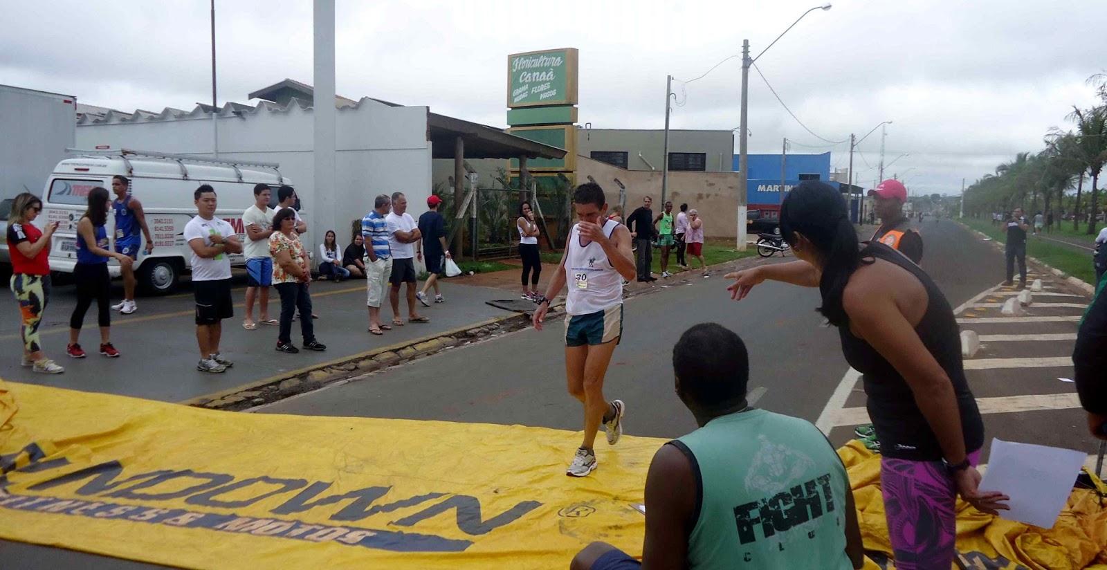 Foto 96 da 1ª Corrida Av. dos Coqueiros em Barretos-SP 14/04/2013 – Atletas cruzando a linha de chegada