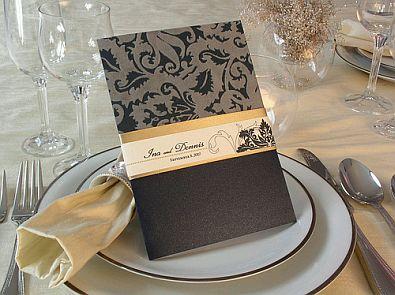 preciosa tarjeta de boda sumamente elegante y con clase trabajada en tonos marrones el lazo marrn oscuro con el que va asegurada le da un toque