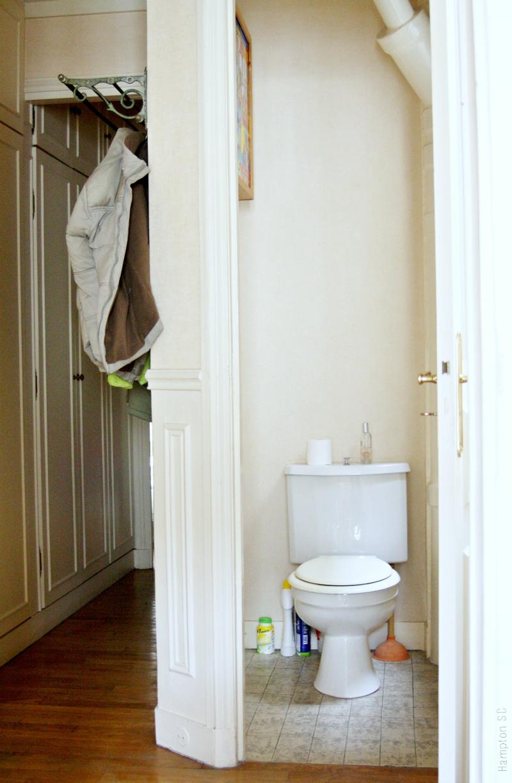 Baño Con Inodoro Separado:El cuarto de baño tiene separado el inodoro, algo que resulta