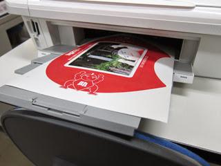 家庭用プリンタで印刷中のうちわ用シールの写真