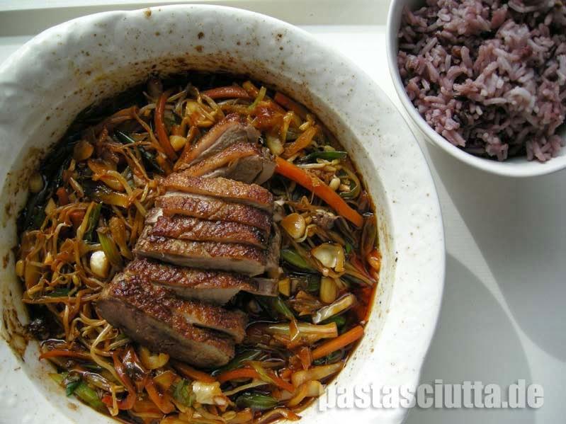 Entenbrust auf Gemüsebett mit violettem Reis