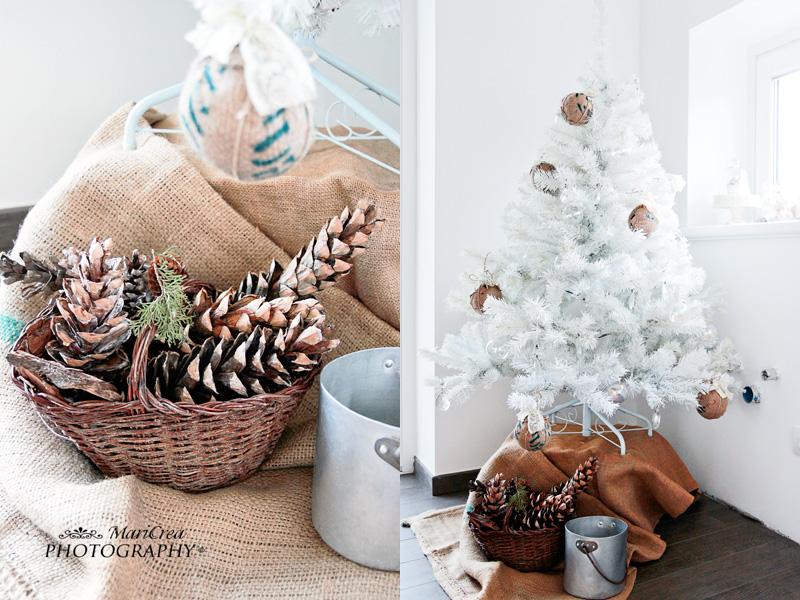 Paniere di pigne e albero di Natale bianco