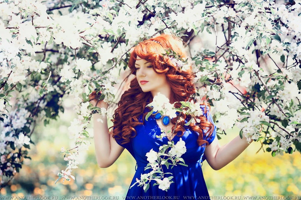 девушка в яблоневом саду