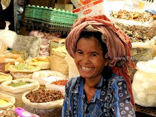 Продавец в Phsar Thmei - центральный рынок в Пномпене, Камбоджа Есть и быть www.EatAndBe.ru