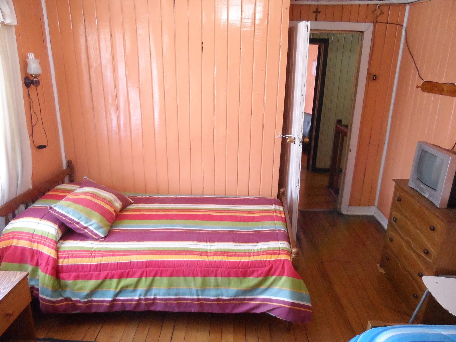 Vista del quinto cuarto: tres camas de u na plaza y media , tv con ...