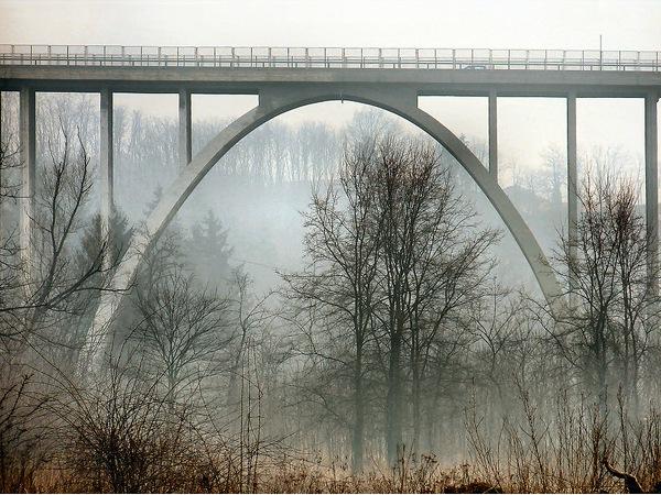Bro over tåget landskab