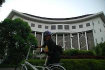 Gedung Lengkung UGM sebagai latar belakang