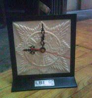 Souvenir Jam terbuat dari resin batu