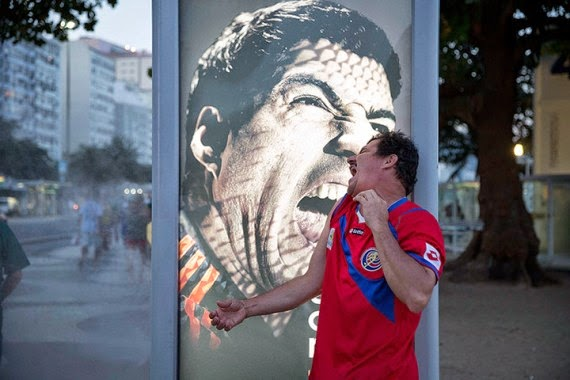 Balotelli, fans make fun of Suarez biting scandal with his poster5