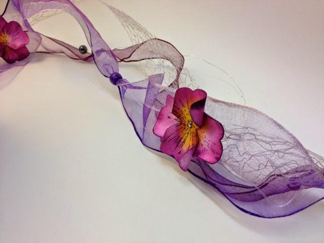 verschiedene Bänder zu einem Blütenband gedreht