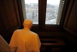 El Sumo Pontífice observa la Plaza de San Pedro cubierta de nieve