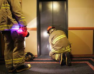 terjebak di lift