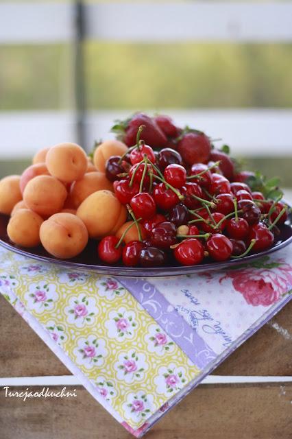 lato morele czeresnie truskawki