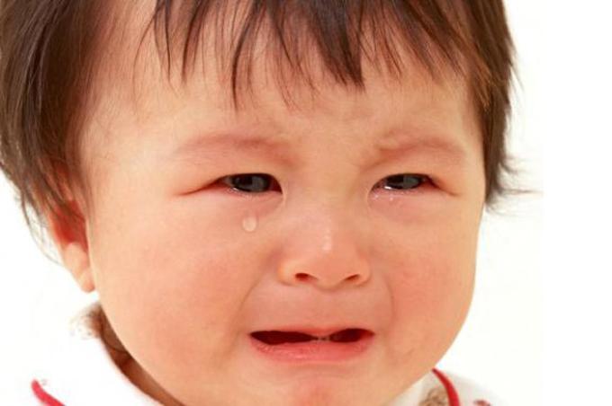 صورة طفل مستدير الرأس يبكي بدموع عيونه ويشجب بالبكاء