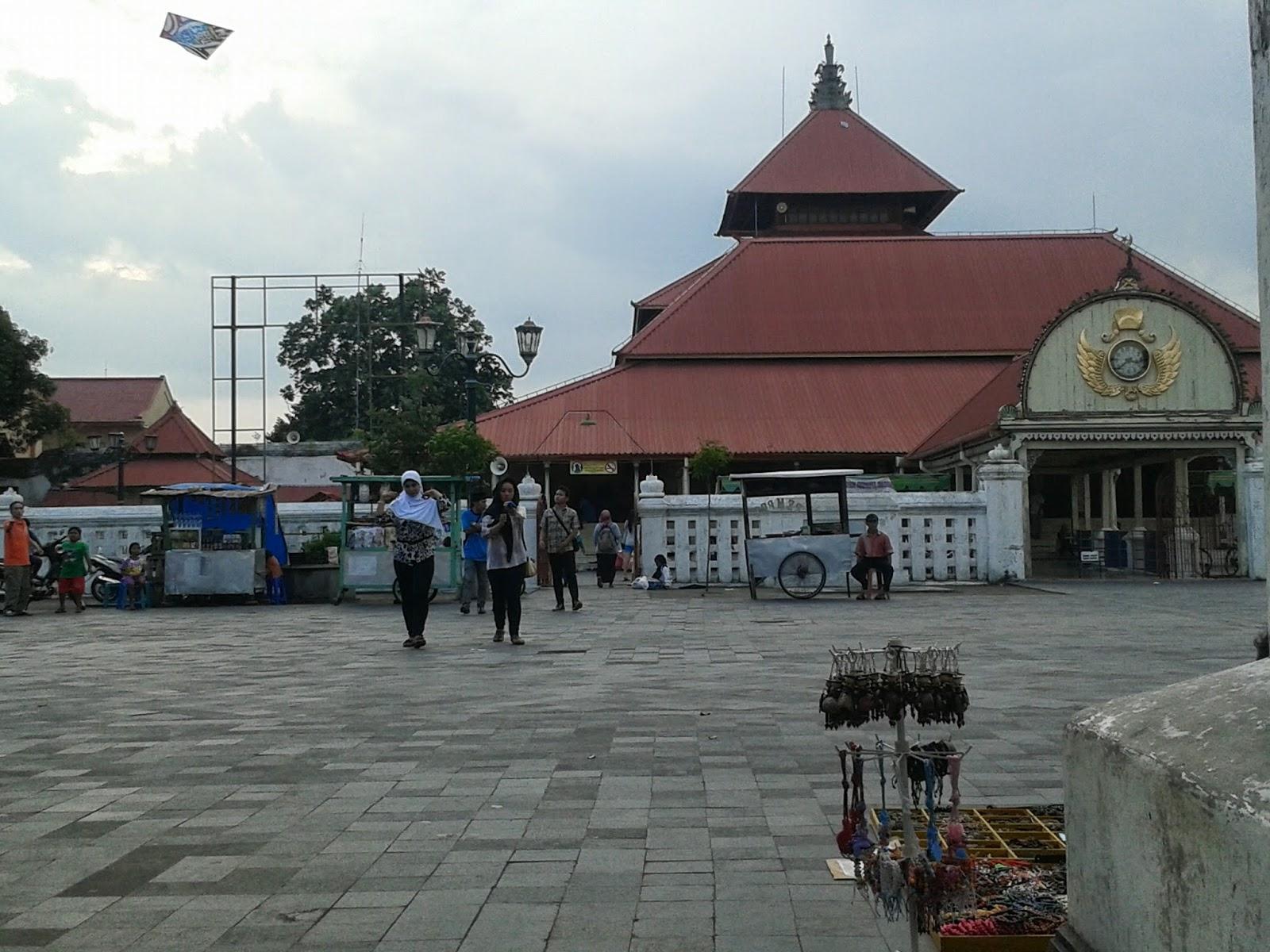 Di depan Masjid Agung Kauman, Yogyakarta